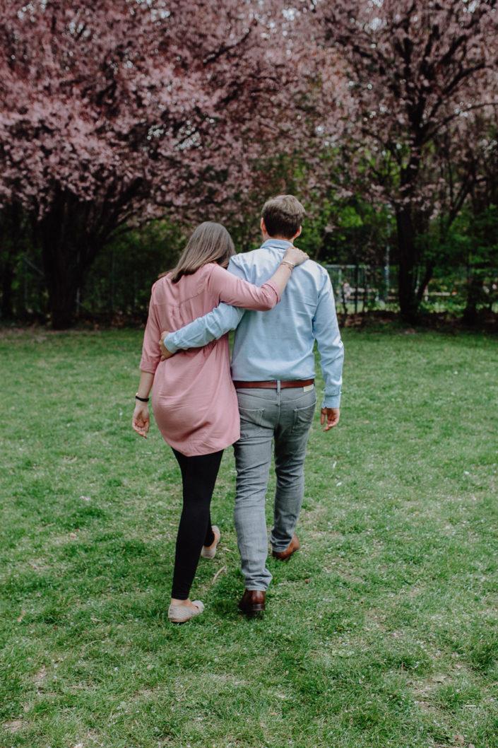 Paar geht sich umarmend