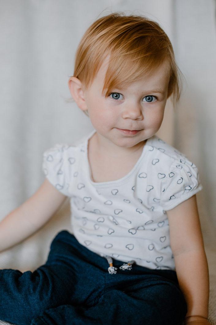 Kleinkind mit weißem Shirt