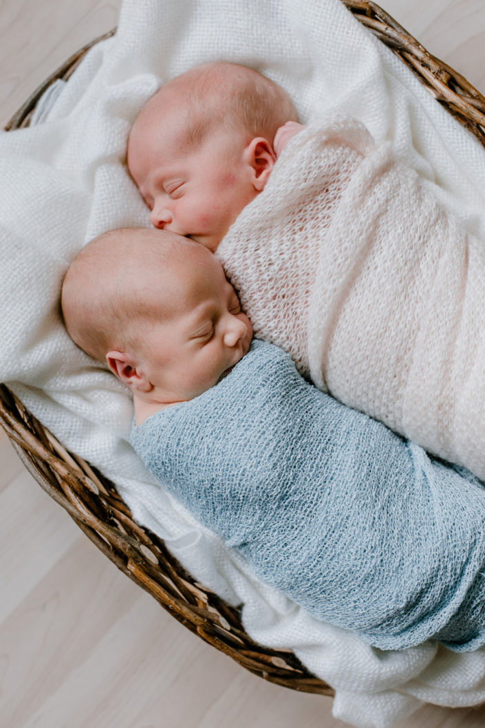 Neugeborene Zwillingsmädchen in Decken gewickelt