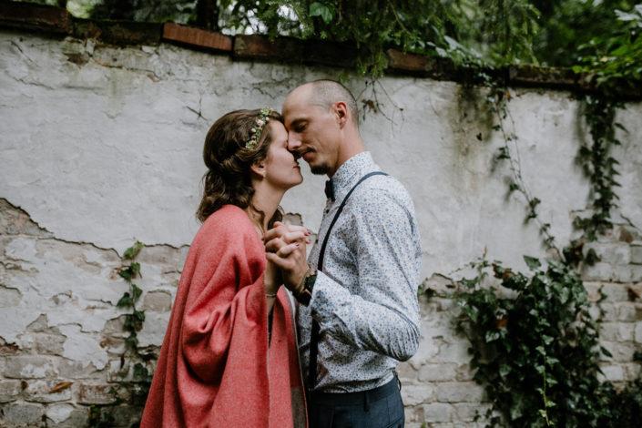 Brautpaarvor Efeu mit zusammengelehnten Köpfen